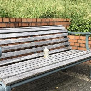 ベンチに放置された空きビン