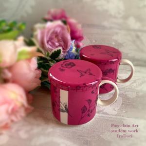 マダム達の心をくすぐる、マゼンタ色の蓋付きマグカップ