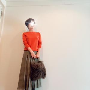 3色買いUNIQLOニットと ZARAプリーツスカート のコーディネート。