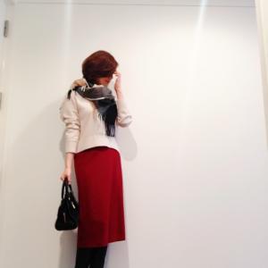 赤いスカートとストール巻き巻きロンングブーツコーディネート。