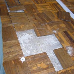 床が膨れてます。明日授業参観なんですが・・・・・