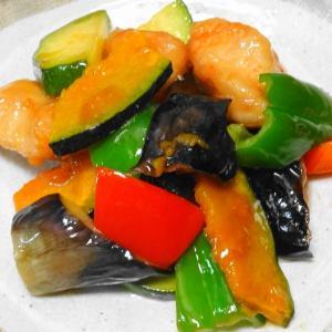 〝 若鶏と夏野菜の黒酢炒め 〟遠赤効果で にこにこ笑顔♪