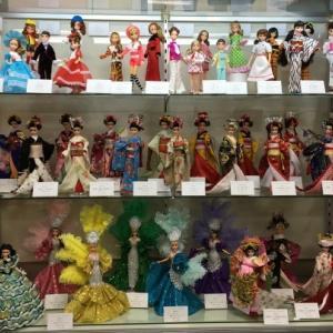 「本多淑人の着せ替え人形の結髪と衣装」クラス作品展示