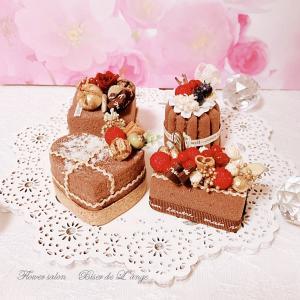 チョコレート色のプチケーキを作ってくださいました