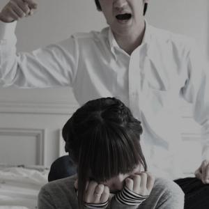 【夫の不倫】発覚時に不問にした=不倫容認だろうが!今更ガタガタうるせぇし、俺のストレスを妻が殴る蹴るで受けるのも当然!(1/13)
