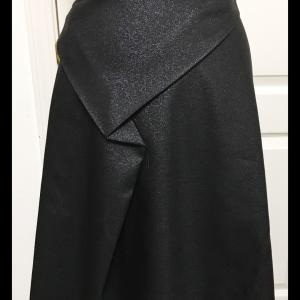 ドレープをたたんだスカート