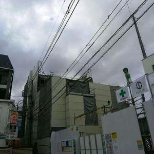 【JR稲田堤駅橋上駅舎化工事3・写真付き!】ビルの4階と5階のあたりが解体されているのが、外側から見ても分かります・・・1ヶ月でここまで進みましたか!