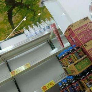 【写真付き!】台風直前、近くのスーパーでは「2リットルの水とお茶、カップ麺」が軒並み、売り切れ!・・・普段からの備えが大事だと改めて思い知りました