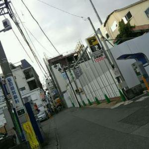 【JR稲田堤駅橋上駅舎化工事4・写真付き!】搬入口側は半分くらい解体が進みましたね・・・問題は道路側、線路側、そして、踏切側です!