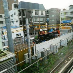 【JR稲田堤駅橋上駅舎化工事17・写真付き!】地盤改良機とラフターが入っていて、驚いた!・・・両側ともホームが狭くなり、「いよいよだな」と思いましたね、今日は