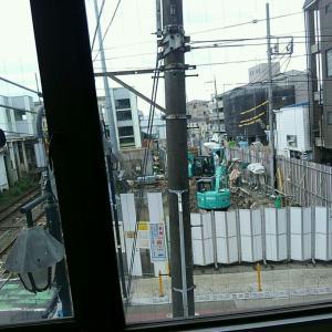【JR稲田堤駅橋上駅舎化工事19・写真付き!】仮囲いの中で何の作業をしているのかが分かる、絶好のスポットを見つけました!・・・向かいの古いビル、この界隈に20年近く住んでいて、初めて入りましたよ