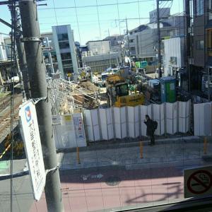 【JR稲田堤駅橋上駅舎化工事25・写真付き!】南口の線路側に掘られた穴、あれはケーブル用ですかね?・・・自動券売機がまっさらな光景、初めて見ました!