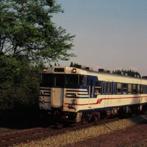 磐越西線キハ47形 残雪の山並みを望む 1995-05-06