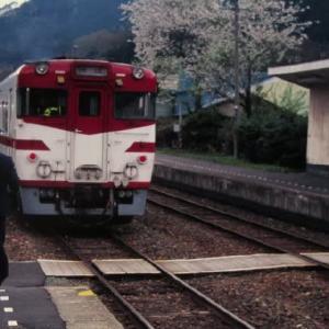 花輪線キハ52形 桜咲く山あいの駅にて 1995-05-03