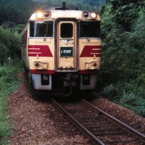山陰本線キハ23形 山と海に囲まれた小さな駅にて 1997-08-16