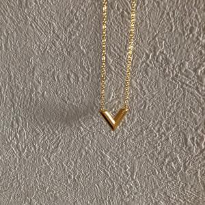 華奢なチェーンとVのラインでシャープに見せる♡V.Necklace