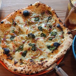 呉の川尻でチーズピザ