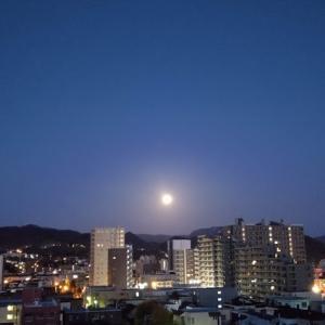 朝の月を撮ってから二度寝(笑