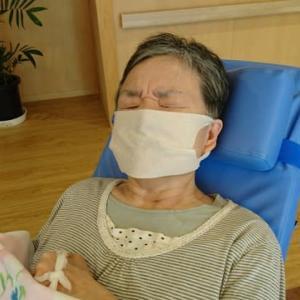 マスクで息苦しそうなサキさん