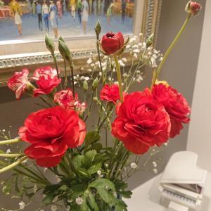 玄関には必ず生花を置いています☆