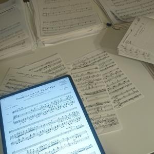 音楽家あるある…紙の楽譜の山。紙の断捨離中です。