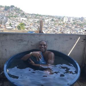 """「スラム街のプールにいます」 ブラジル""""皇帝""""アドリアーノの投稿写真が話題「狂気滲む」「故郷への愛」"""