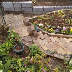 庭仕事、ブロック積み作業