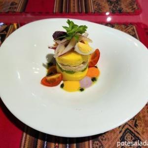 見た目も味も素晴らしいペルー式ポテサラ。青山「ペルー料理ALDO」のツナのカウサ
