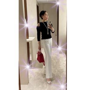 ★【50代ファッション】白のオーダーパンツにケリーの赤を利かせて♪