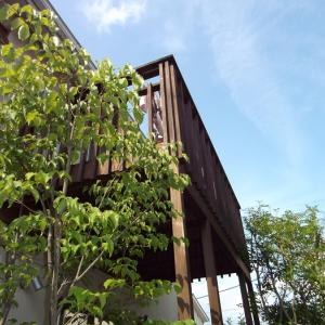 住まいの外観にこだわりたい方々へ!!どっちを選びますか!? 天然木ウッドバルコニーから「自然な木質感」はそのままに、高耐久と高デザイン性の〇〇製バルコニーへ!!