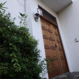 ヨーロッパの玄関ドアって内側に開くの!? 輸入木製玄関ドアの交換リフォーム施工例!! 美しい佇まいの外観をそのままに… 安心品質と安心価格で最新の木製玄関ドアに交換リフォーム!!