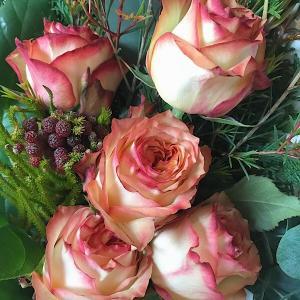 """ケニアの美しい大人の薔薇""""あさひ""""のブーケ☆世界の花屋のお花定期便"""