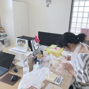 製作中の母を調査する梅子さん