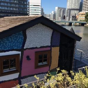 川に浮かぶ建物