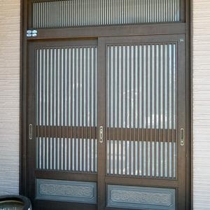 嗜好が正反対に分かれる玄関引き戸