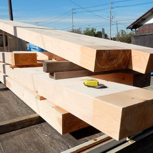 材木屋の思いが一から詰まったヒノキの梁