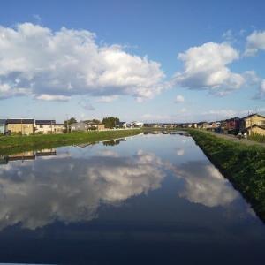 川面ゆく 秋雲ながめ ものおもい。