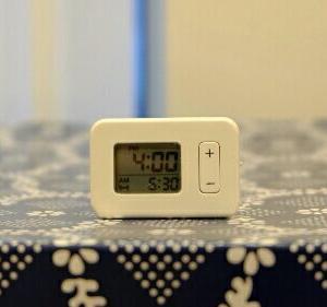 こんなに小さい♡無印の時計を寝室に