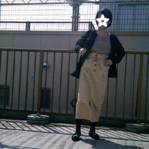 GU「ペーパーバックミディスカート」とワッフルTのコーデ