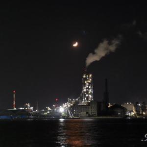 海辺の工場と月