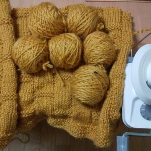 ダイソー毛糸、洗えるウール極太でひざ掛けを編んでいますp(^^)q