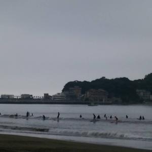 おはようございます連休初日7月23日9時現在の湘南・江の島〜鵠沼海岸の波情報をお伝え致し...