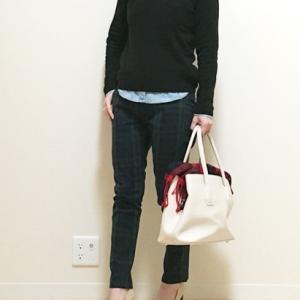 デニムシャツ×Vネックセーターのシンプルコーデ