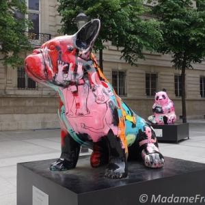 リュクスな街のカラフル動物アート