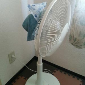 扇風機に保冷剤を設置で体も気分も涼しい。サーキュレーターとエアコンも必須