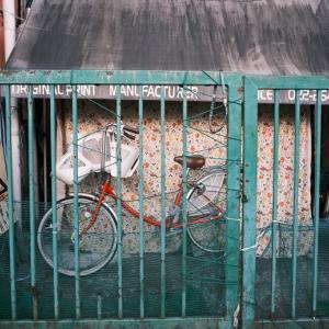 捕らわれた赤い自転車