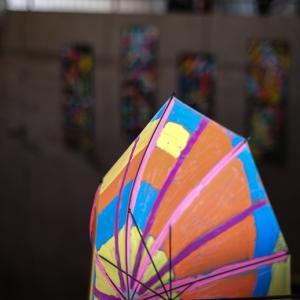 一足早く開花した美術館の雨傘