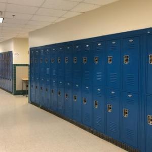 中学校の壁とロッカーの間から1957年のハンドバッグを発見!