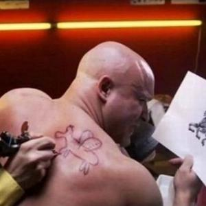 アホみたいなタトゥーを後先考えずに入れてしまったおバカさん達www