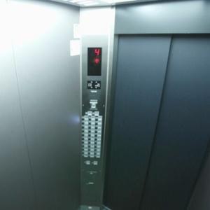 1997年に故障して以来、開かれていなかったエレベーターに白骨化した遺体